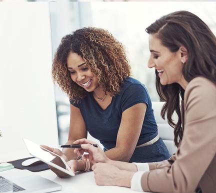 reclutadoras repasando el checklist de evaluación de talento
