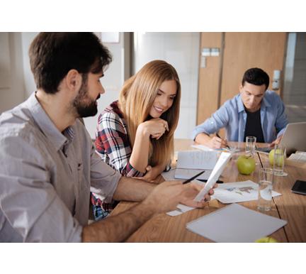 Grupo de trabajadores aprendiendo el coste por contratación