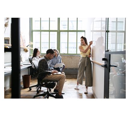 Reunión de trabajadores de recursos humanos para evitar el absentismo laboral
