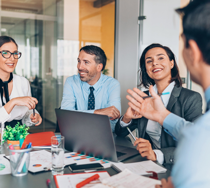 Grupo de profesionales de Recursos Humanos hablando sobre cómo la tecnología aumenta la productividad de los trabajadores