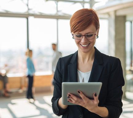 reclutadora utilizando una plataforma de recursos humanos