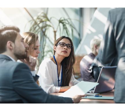 Reunión de trabajadores para saber afrontar las preocupaciones de un gestor de Recursos Humanos