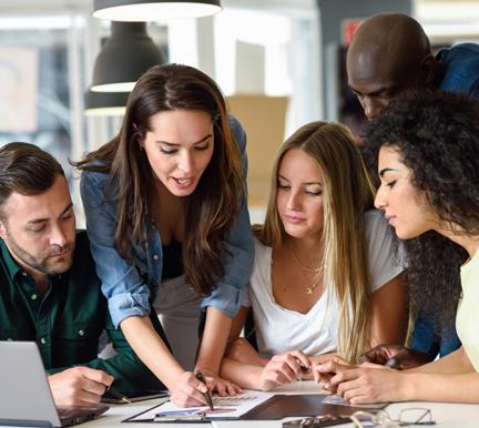 Grupo de trabajadores debatiendo sobre el Employee Journey Map